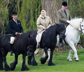 Кралицата Елизабета Втора на 90 години јава коњ