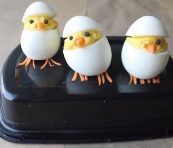 Направете интересна велигденска декорација со јајца (видео)