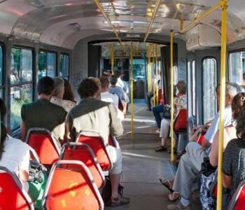 Патот до работа треба да се брои во работно време! Истражувањето покажало: Во градскиот превоз луѓето веќе почнуваат да работат
