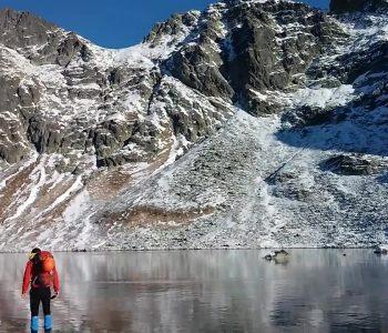 Прошетка по замрзнато проѕирно езеро (видео)