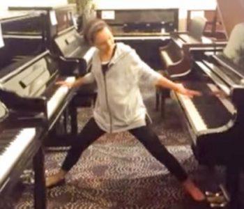 Девојче свири на два клавири истовремено – погледнете го овој несекојдневен талент