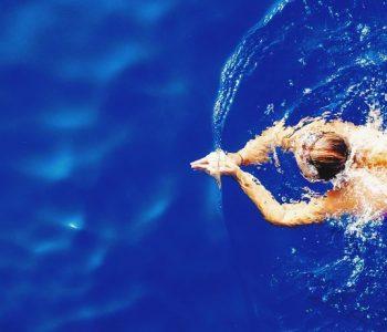 Вежби во вода: Одморот е идеална прилика да се затегнете
