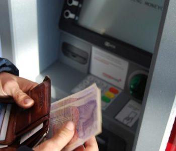 Украде банкомат, па се обиде да го внесе во автобус (видео)