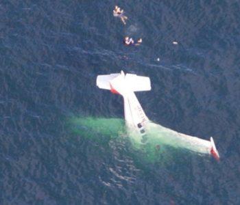 Авион потона во океан, пилотот прави селфи (ВИДЕО)