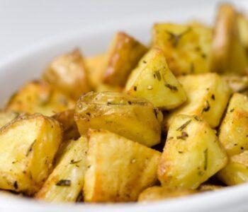 Кулинарски тајни: Како печениот компир да биде совршено крцкав