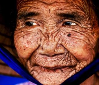 Моќта на фотошоп: Погледнете како оваа 100 годишна старица ја претворија во млада девојка